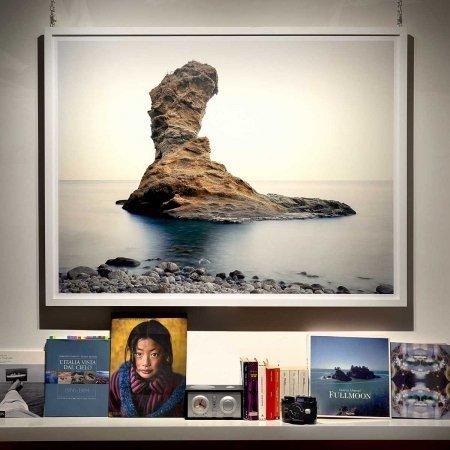 Palmarola, Scoglio Spermaturo, 2018 - Fotografia stampata nel formato 130x100cm. Autore Luca Tamagnini © 2018 Photoatlante - Incorniciata e appesa alla parete.