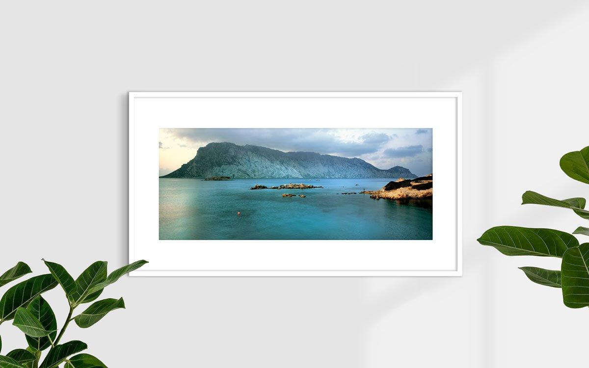Sardegna, Isola di Tavolara vista dall'Isola di Molara - Fotografia Fine Art di Luca Tamagnini - Formato 110 x 45 cm - Catalogo 2006-001 - Titolo dell'opera: Tavolara da Molara 2006