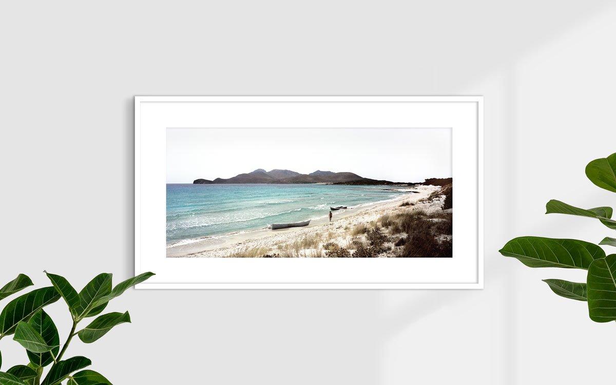 Capo Teulada, Porto Zafferano, barconi di clandestini spiaggiati - Fotografia Fine Art di Luca Tamagnini 110 x 50 cm - Catalogo 2008-004