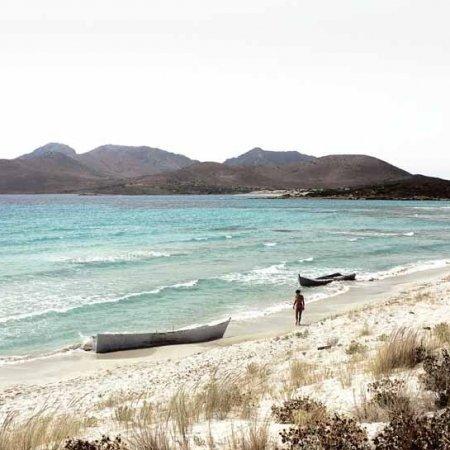 Capo Teulada, Porto Zafferano, barconi di clandestini spiaggiati - Fotografia Fine Art di Luca Tamagnini 110 x 50 cm - Catalogo 2008-004 - Vendita foto