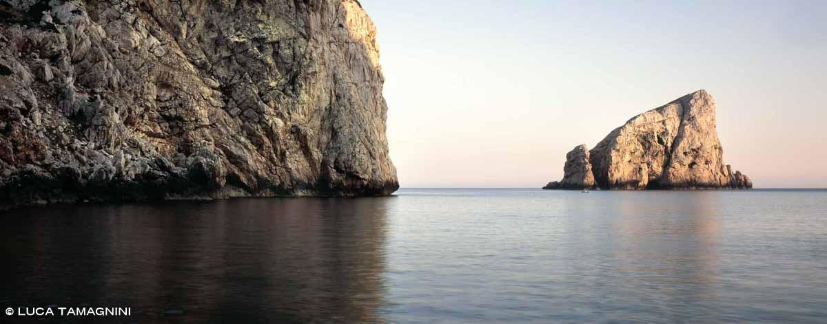 Capo Caccia Isola Foradada da Cala Inferno - Fotografia Fine Art di Luca Tamagnini 150 x 80 cm - Catalogo 2008-012
