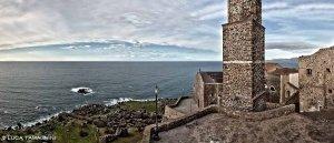 Castelsardo, borgo e chiesa sul mare - Fotografia Fine Art di Luca Tamagnini 110 x 50 cm - Catalogo 2010-002
