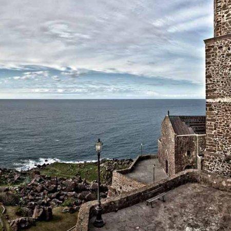 Castelsardo, borgo e chiesa sul mare - Fotografia Fine Art di Luca Tamagnini 110 x 50 cm - Catalogo 2010-00 - Vendita foto