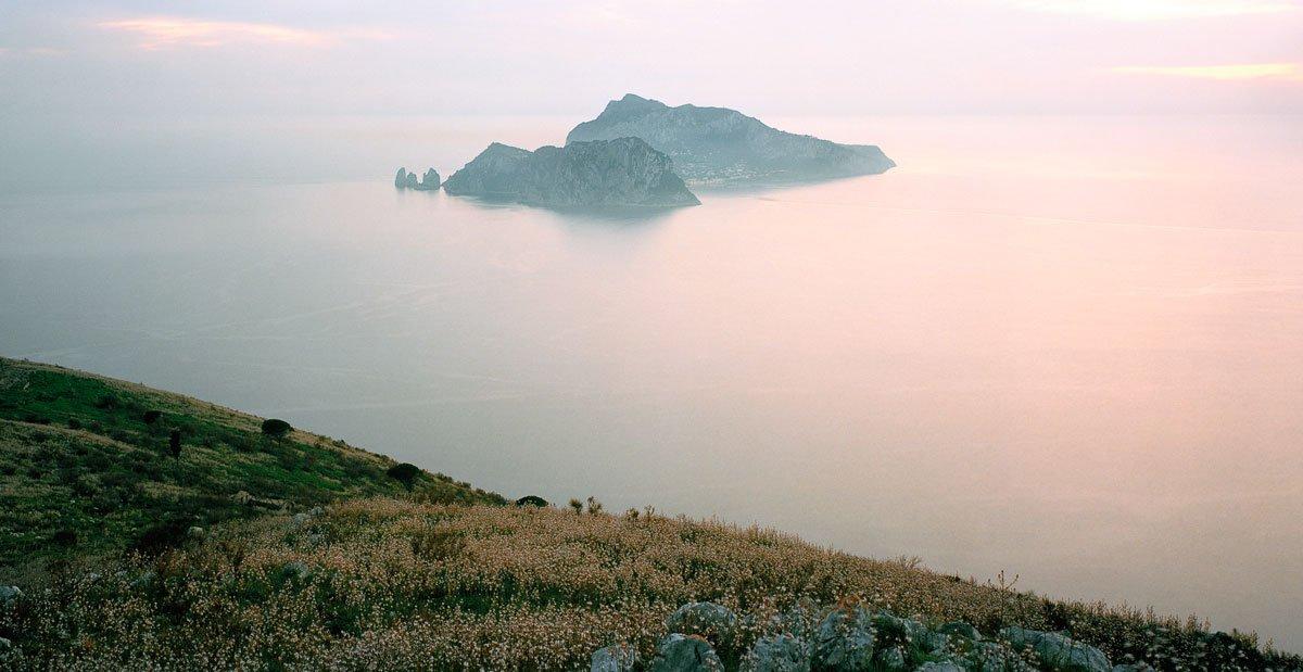 L'Isola di Capri da Monte San Costanzo - Fotografia Fine Art di Luca Tamagnini - Formato 150 x 80 cm - Catalogo 2012-001 - Titolo dell'opera: Monte San Costanzo 2012.
