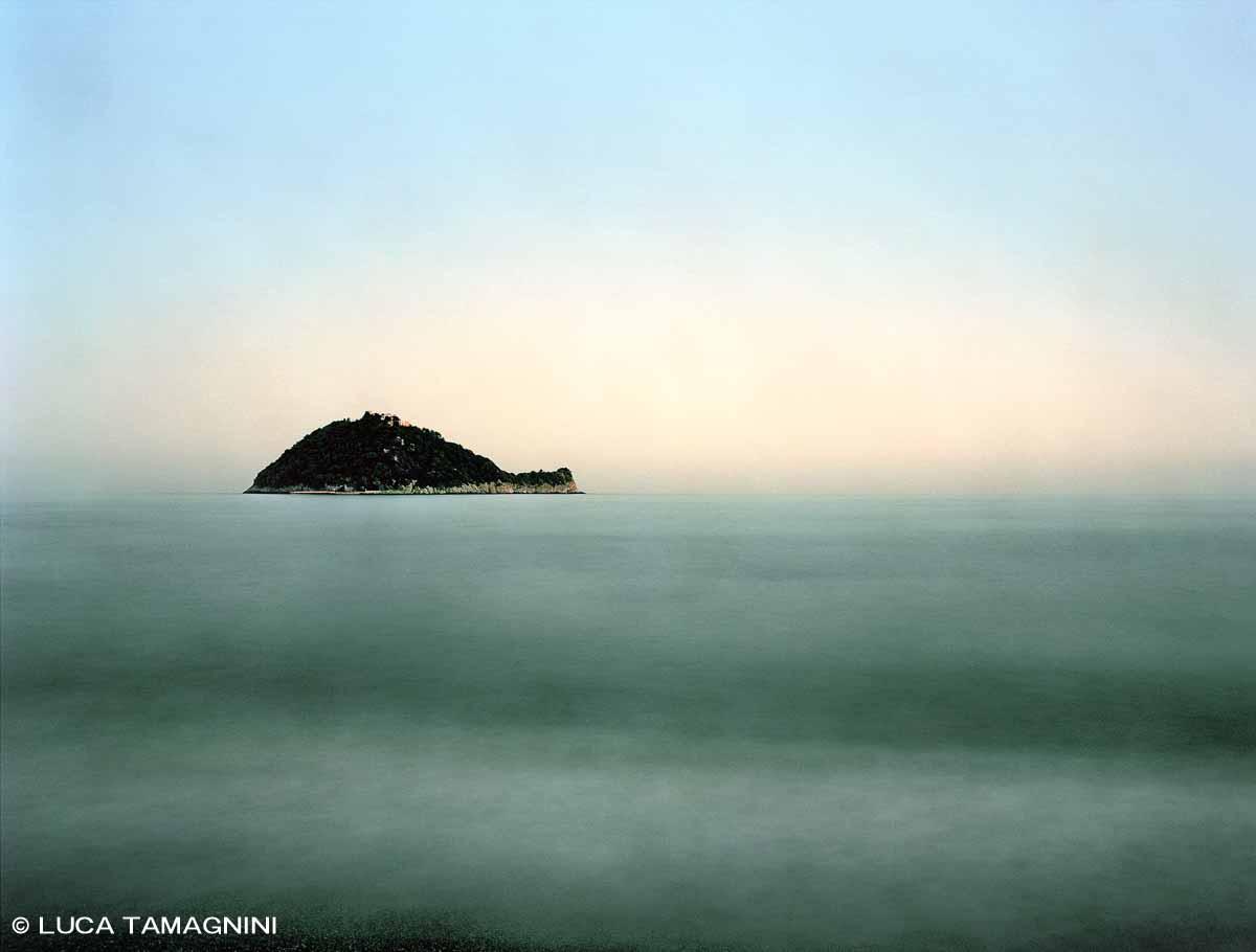 Liguria di Ponente, Albenga Isola Gallinara - Fotografia Fine Art di Luca Tamagnini - Formato 130 x 100 cm (immagine 123 x 93) - Catalogo 2018-003