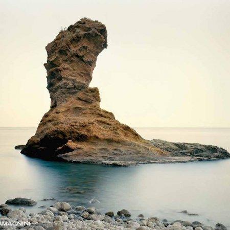 Isola di Palmarola, Scoglio Spermaturo - Fotografia Fine Art di Luca Tamagnini 130 x 100 cm - Catalogo 2008-012