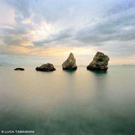 Vietri sul Mare, Scogli I Due Fratelli - Fotografia Fine Art di Luca Tamagnini - Formato 100 x 100 cm - Catalogo 2018-007