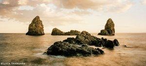 Sicilia, Acitrezza, Faraglioni ed Isole dei Ciclopi - Fotografia Fine Art di Luca Tamagnini - Formato 150 x 70 cm (immagine 143 x 63) - Catalogo 2018-013
