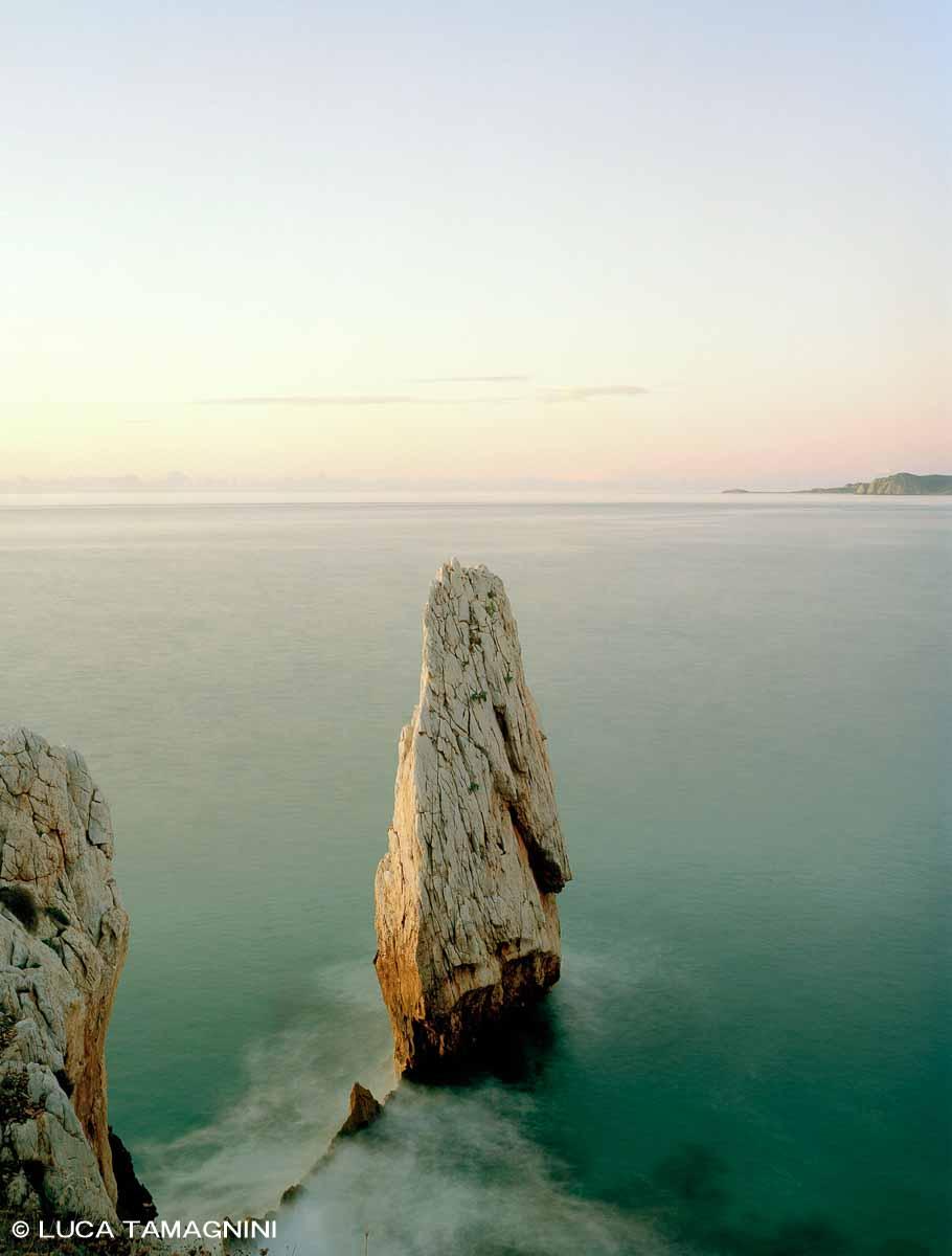 Sardegna, Bugerru, Scoglio Nido d'Aquila - Fotografia Fine Art di Luca Tamagnini - Formato 100 x 130 cm - Catalogo 2019-001