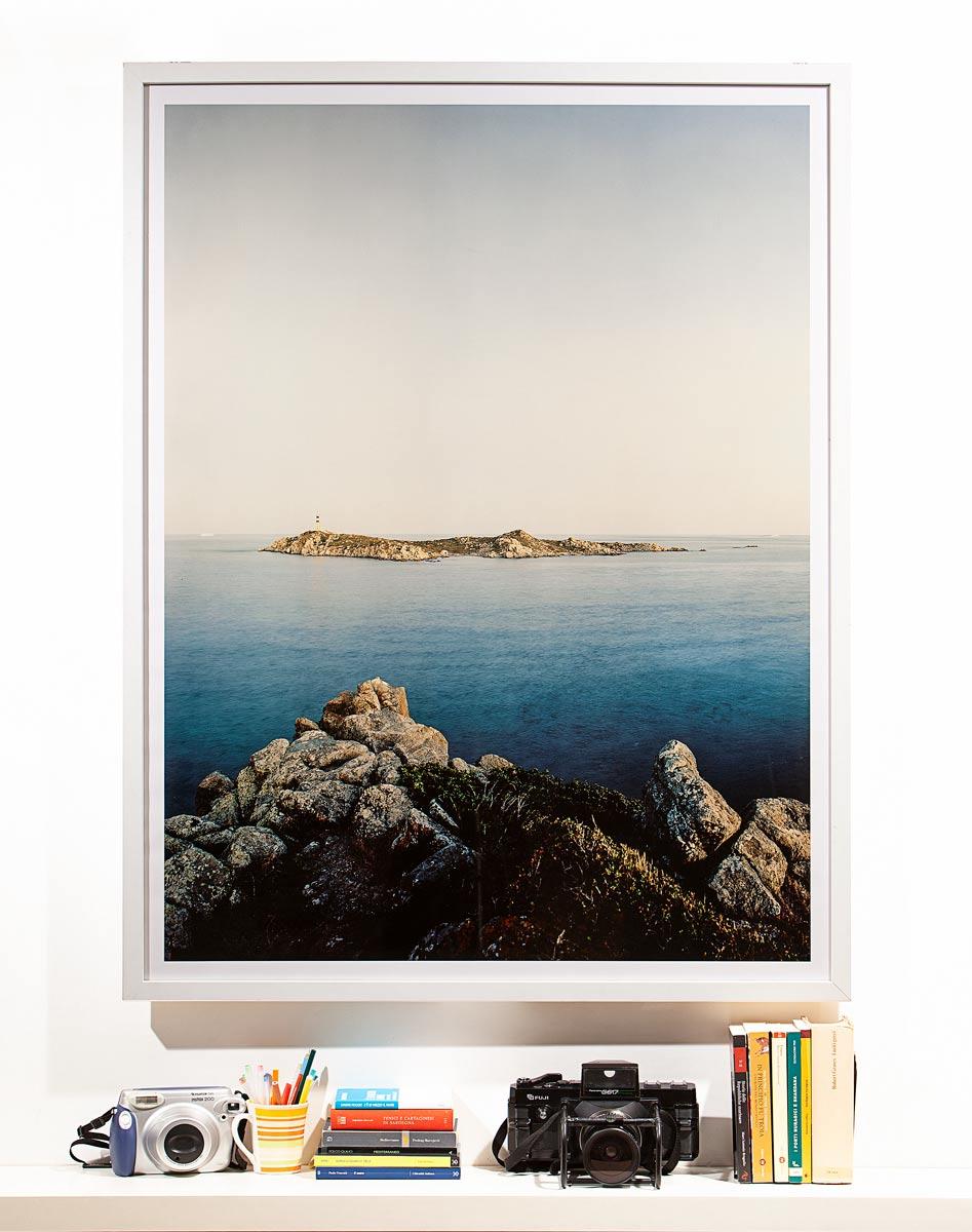 Isola dei Cavoli 2011, fotografia incorniciata e appesa al muro